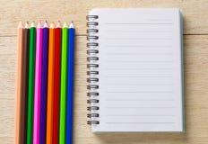 bok, dagbok och färgpenna Arkivfoto