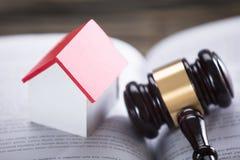Bok för husmodellAnd Gavel On lag royaltyfri bild
