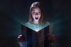 Bok för magiskt pass royaltyfri foto