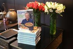 Bok för matlagning för Wolfgang Puck ` s på skärm på den klippta restaurangen i Lower Manhattan royaltyfria bilder