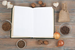 Bok för receptkockmellanrum på träbakgrund, sked, kavel, rutig bordduk Arkivbilder