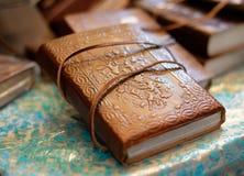 Bok i dekorativ läderräkning arkivfoto