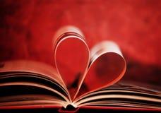 Bok i form av hjärta Arkivfoton