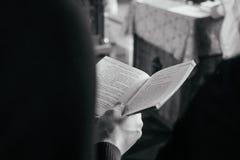 Bok i hand för man` s i rysskyrka arkivfoton