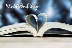 Bok i hj?rtaform, vishet och utbildningsbegrepps-, v?rldsbok- och copyright-dag royaltyfri fotografi