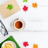 Bok, kopp te, tekanna, sötsaker och glasögon, lekmanna- lägenhet Hemtrevlig bakgrund, läs- begrepp kopiera avstånd royaltyfri bild