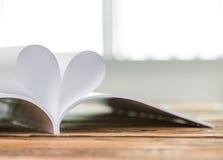 Bok med öppnade sidor av form royaltyfri bild