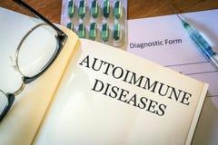 Bok med autoimmune sjukdomar för diagnos arkivbilder