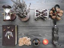 Bok med brinnande stearinljus på brädena Mystikerstilleben med ruskig ockult objektfasaallhelgonaafton och begreppet av svart royaltyfri bild