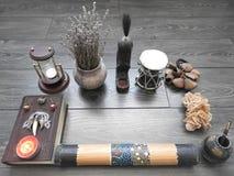 Bok med brinnande stearinljus på brädena Mystikerstilleben med ruskig ockult objektfasaallhelgonaafton och begreppet av svart royaltyfri fotografi