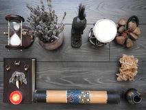 Bok med brinnande stearinljus på brädena Mystikerstilleben med ruskig ockult objektfasaallhelgonaafton och begreppet av svart royaltyfria bilder