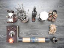 Bok med brinnande stearinljus på brädena Mystikerstilleben med ruskig ockult objektfasaallhelgonaafton och begreppet av svart fotografering för bildbyråer