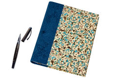 Bok med pennan som isoleras på vit Royaltyfri Fotografi
