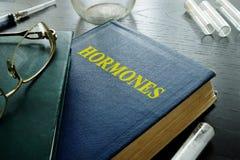 Bok med titelhormoner fotografering för bildbyråer