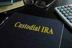 Bok med titeln skydds- IRA arkivbild