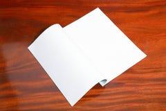 Bok med tomma sidor på den wood tabellen Royaltyfria Foton