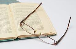 bok och glasögon royaltyfria bilder
