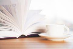 Bok- och kaffekopp Arkivbild