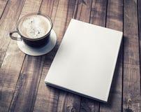 Bok- och kaffekopp Arkivfoto