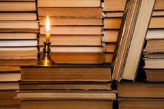 Bok och stearinljus Arkivfoto