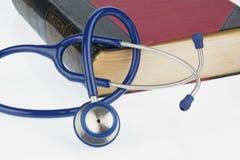 Bok och stetoskop, royaltyfria bilder