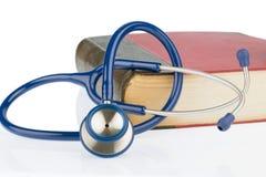 Bok och stetoskop, arkivbild