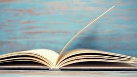 Bok på blå wood bakgrund arkivbilder