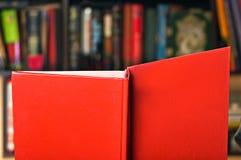 Bok på bokhyllabakgrund Royaltyfri Foto