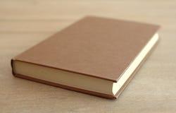 Bok på en tabell Arkivbild