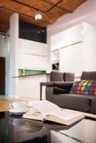 Bok på en tabell i lägenhet Royaltyfri Fotografi