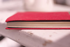 Bok på en vit bänk royaltyfria foton