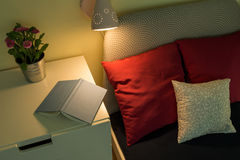 Bok på nightstanden Arkivbild