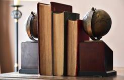 Bok på skrivbordet Arkivbilder