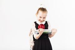Bok skola, unge le lilla flickan med det stora ryggsäckinnehavet Royaltyfria Foton