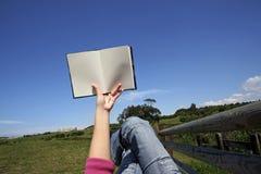 bok som läser utomhus kvinnan Royaltyfri Fotografi