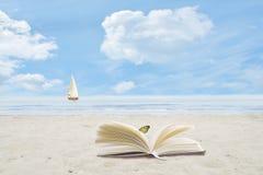 Boka öppet på sandig strand Royaltyfria Foton