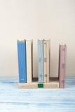 Boka att stapla, inbunden bokböcker på trätabellen tillbaka skola till Kopiera utrymme för text Arkivfoton
