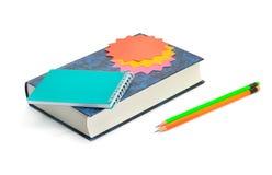 Boka, blyertspennor och anteckningsboken som isoleras på vit bakgrund Royaltyfri Bild