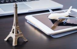 Boka den plana biljetten direktanslutet till Paris Frankrike som använder minnestavlan Arkivfoto