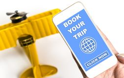 Boka din tur på internet genom att använda din mobiltelefon Arkivbild