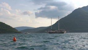 Boka fjärd i Montenegro Härliga berg och kristallklart hav lager videofilmer