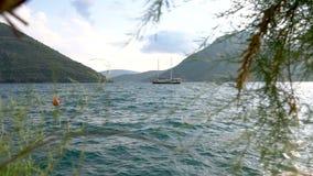 Boka fjärd i Montenegro Härliga berg och kristallklart hav stock video