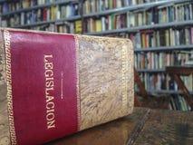 Boka med titellag på spanjor över tabellen arkivbilder