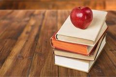 Boka och äpplet Royaltyfri Bild