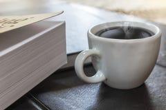 Boka och kaffe royaltyfri bild
