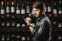 Bokal van rode wijn op achtergrond, mannelijke meer sommelier het waarderen drank Royalty-vrije Stock Foto's