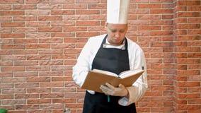Bokar hållande recept för kockkock att tänka vad för att laga mat Arkivfoto
