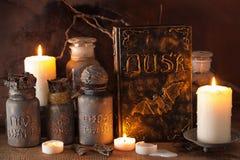 Bokar magiska drycker för häxaapotekarekrus halloween garnering royaltyfri bild