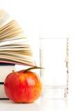 Bokar med äpplet, och exponeringsglas av bevattnar Arkivbilder