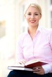 bokavläsningskvinna arkivfoto